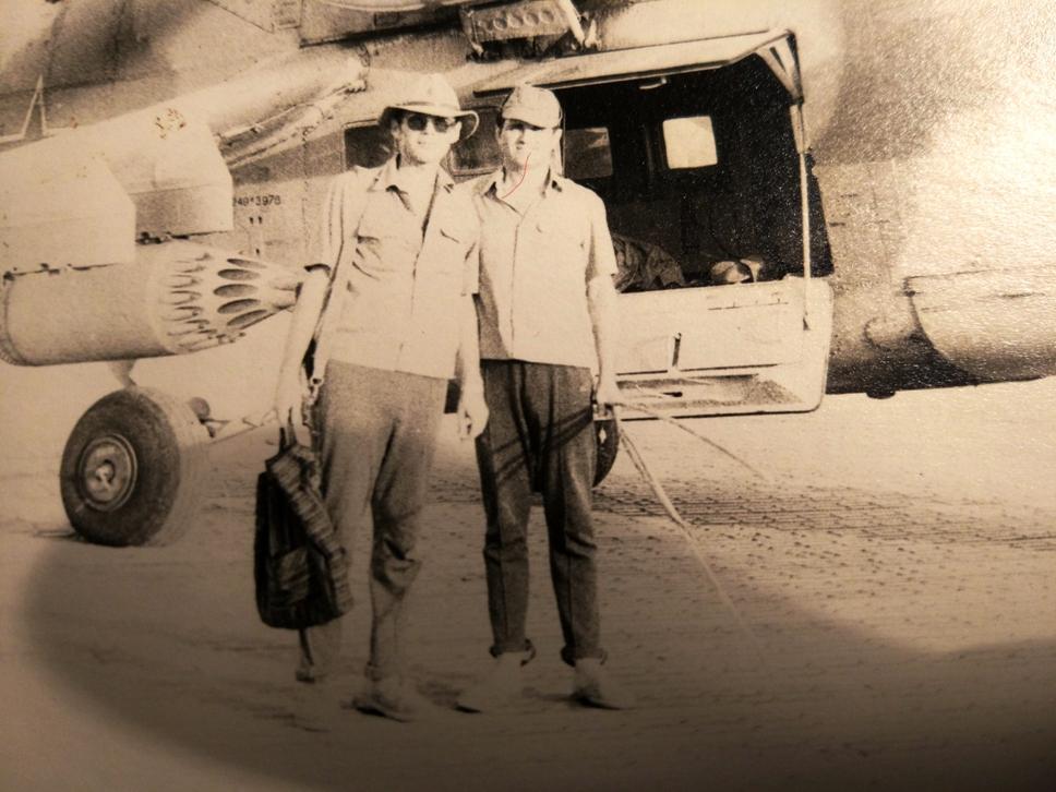 Нач. ГБУ Джелалабада майор Мартынёнок Володя (справа) и я перед Ми-24 зав.№13976 судя по коду 249 модификации ДУ