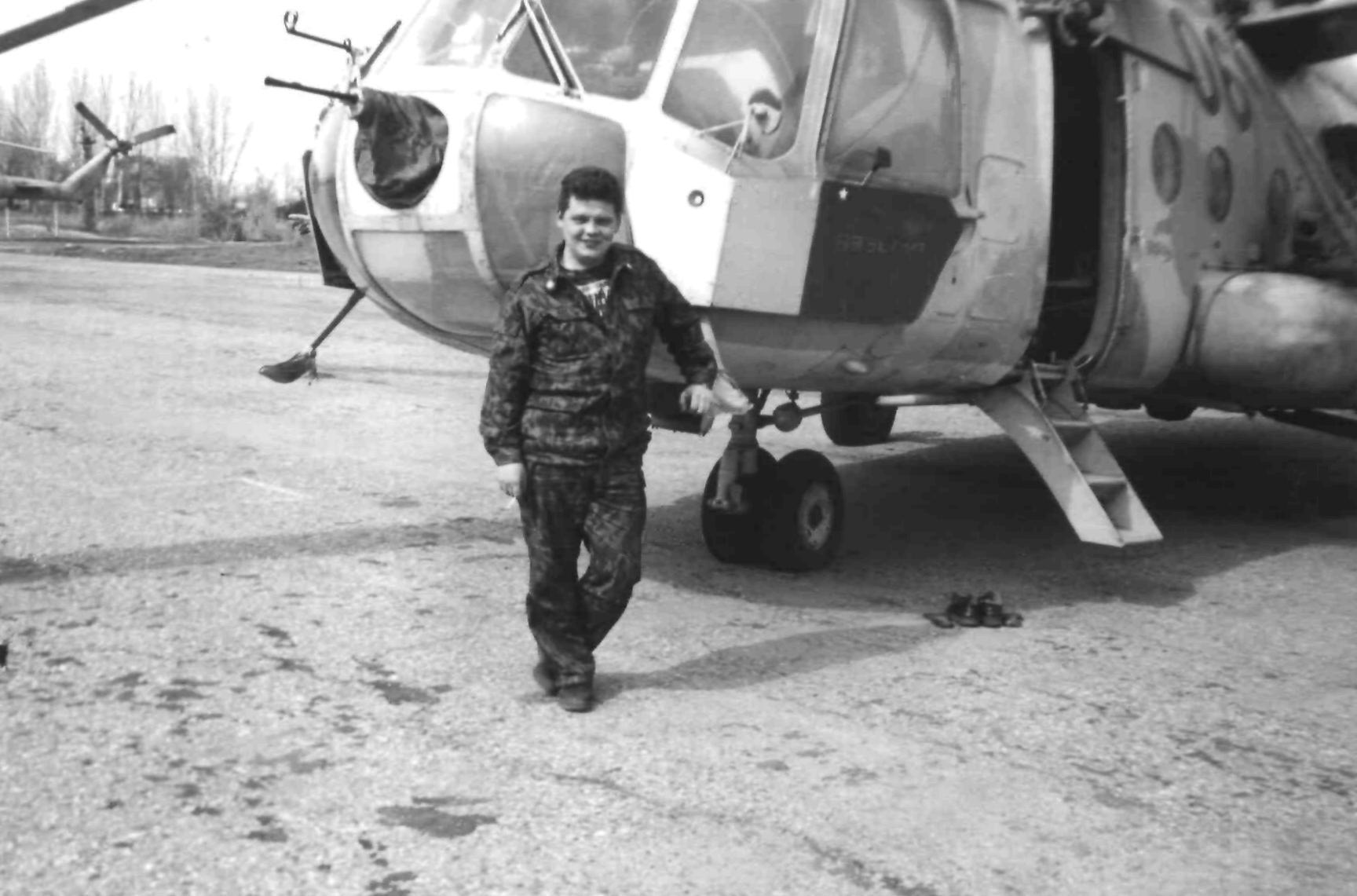 Автор у вертолета Ми-8МТВ №06, бронеплита окрашена цветами Российского флага