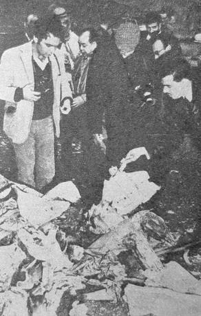 """Иорданские журналисты осматривают обломки израильского самолета MD.450 """"Ураган"""" сбитого у н.п. Джерихо 21.03.1969 года."""