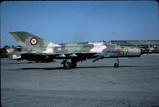 МиГ-21 №957 на авиабазе Пешавар. На заднем плане видна хвостовая часть Су-22 №804
